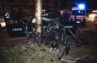 В Киеве такси Uber на большой скорости врезалось в столб, пассажир в реанимации