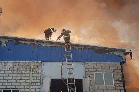 В Харьковской области спасатели всю ночь тушили пожар на складе резиновых изделий