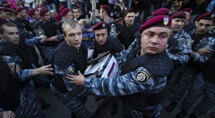 Беркутівець Олег Бойко (крупно справа)