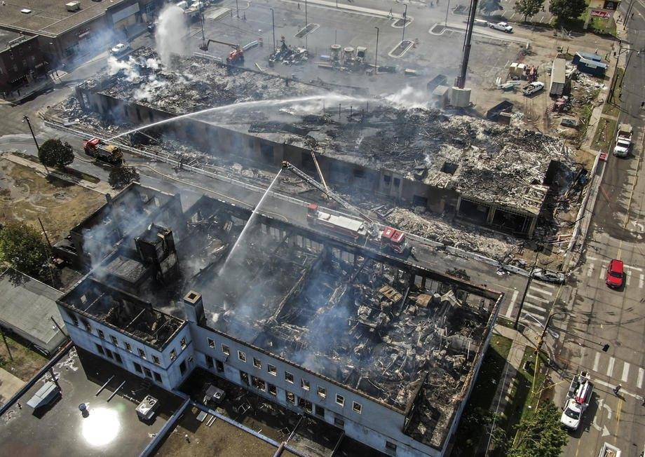 Вид сверху полицейского участка, который тушат после поджога во время протестов в Миннеаполисе.