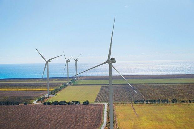 <b>Ветряки Ботиевской ВЭС, Запорожская область</b>. Ботиевская ветроэлектростанция - крупнейшая в Украине. Она входит в пятерку крупнейших наземных ВЭС в Центральной и Восточной Европе. Ветропарк Ботиевской ВЭС состоит из 65 турбин. Общая высота конструкции вместе с лопастями - 149 метров.