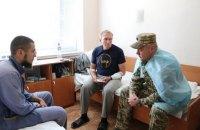 """Командувач ООС вручив нагороди Міноборони пораненим у бою під Кримським """"айдарівцям"""""""