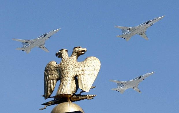 Штурмовики пролетают над Кремлем во время репетиции парада