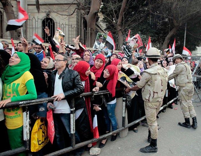Єгиптяне во время митинга в поддержку армии и министра обороны Абдель Фаттах ас-Сиси во время празднования годовщины революции 25 января 2011 года, на площади Тахрир в Каире, Египет, 25 января 2014.