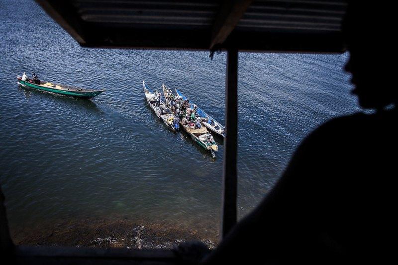 Рыбаки прямо на воде продают свой улов посредникам
