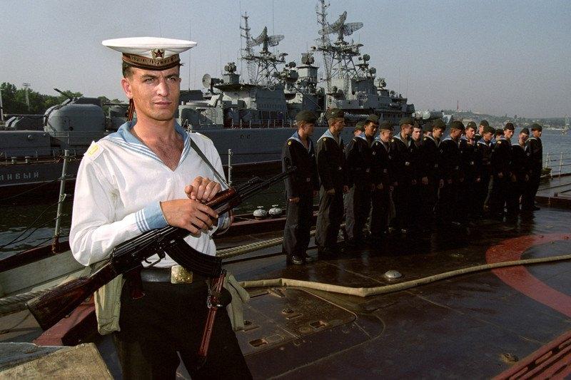 Після війни указів. Моряк на протичовновому крейсері «Червоний Крим» у Севастополі, 17 серпня 1992 року.