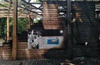В Доброполье сгорел амфитеатр в сквере-победителе конкурса архитектуры и урбанистики
