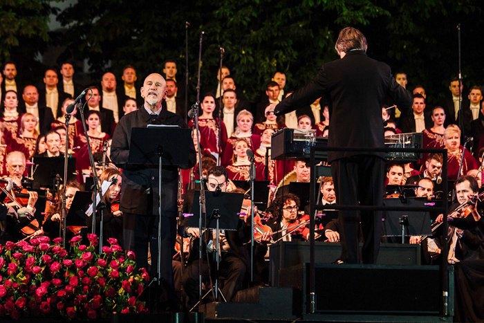 Джон Малкович під керівництвом диригента Ріккардо Муті під час міжнародного концерт симфонічної музики «Шляхи дружби» в Києві на Софійській площі.