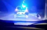 В Мариуполе патрульные привязали агрессивную собаку к машине и поводком сбили с ног пешехода