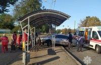 В Мариуполе автомобиль въехал на остановку, две женщины пострадали