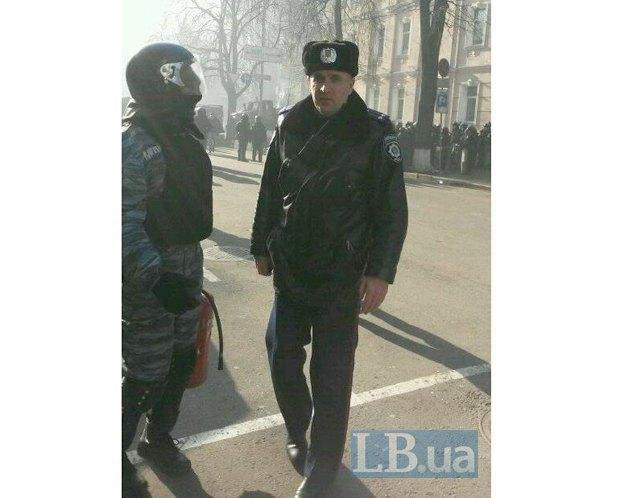 Милиционер, который руководит задержаниями