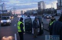 В Киеве Peugeot протаранил бетонный парапет и перевернулся