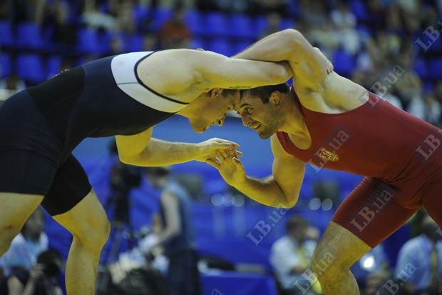Экс-чемпион мира Ибрагим Алдатов (до 84 кг) (справа) в решаюшей схватке выиграл у американца Джордана Рэймонда