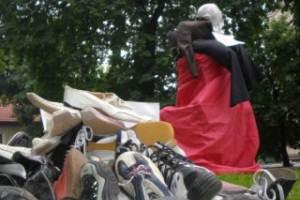 Во Львове забросали кедами чучело депутата