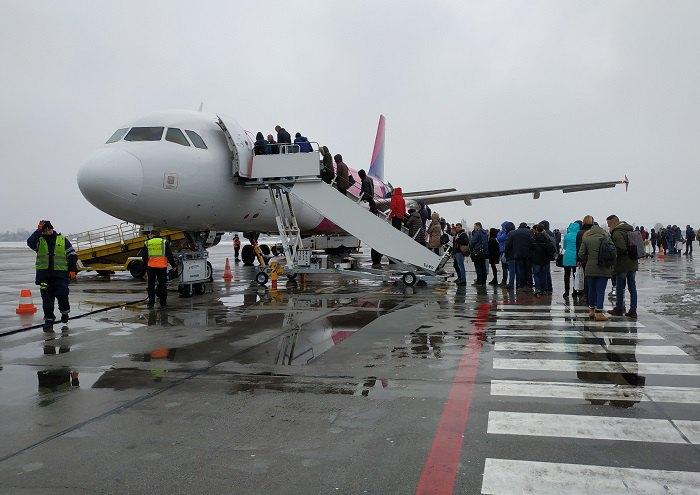 Літак «Візейр» готується до перельоту з летовища ім. Валенси у Гданську до аеропорту «Жуляни» у Києві