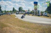 Два мотогонщика устроили драку прямо во время гонки