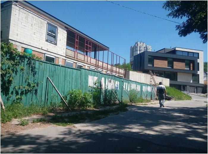 За цим парканом була вбиральня, яка виросла в приватні будинки