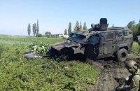 На Донбассе в результате подрыва автомобиля погиб военный, трое получили травмы