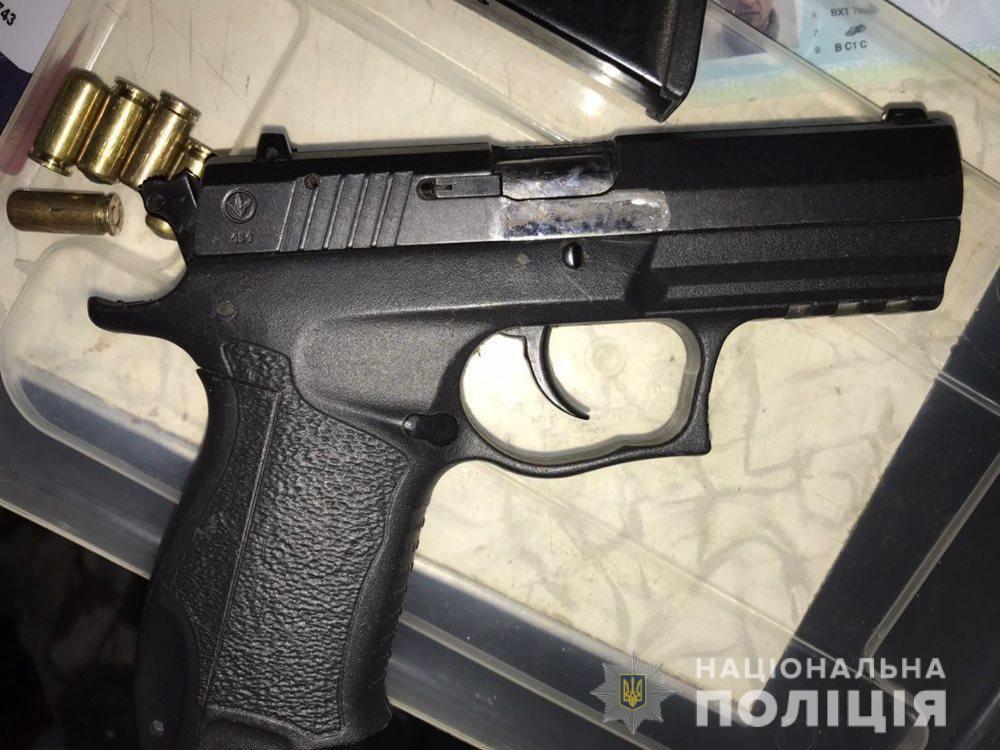 Пистолет, изъятый при обыске в доме у преступника