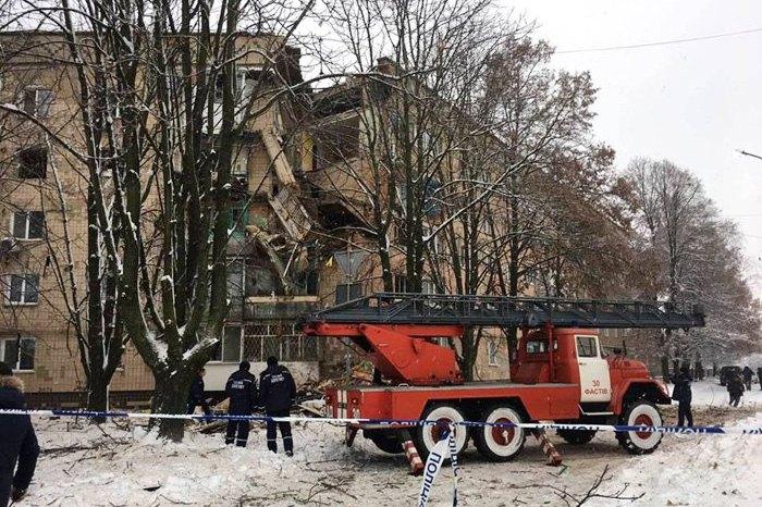 Рятувальники біля багатоповерхівки, пошкодженої вибухом газу, у Фастові
