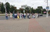 У Білорусі тривають акції протесту, люди із самого ранку вишиковуються у ланцюги солідарності