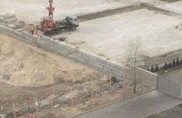 Скандальную стройку в Киеве обносят бетонным забором