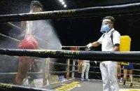 Во время поединка боксеров опрыскивали антисептическими средствами, чтобы обезопасить их от коронавируса