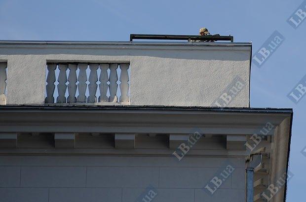 Работник охраны Президента на посту на крыше здания Администрации Президента