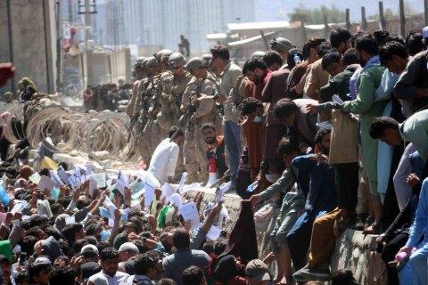 У результаті теракту в Кабулі загинули близько 100 людей, США готуються до нових атак