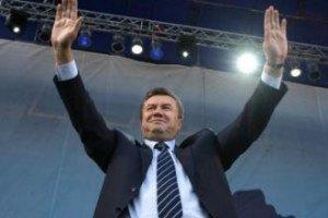 Януковичу подарили каравай и гидрокостюм