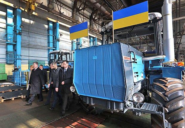Президент во время визита на Харьковский тракторный завод