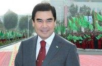 Президент Туркменістану показав силовикам, як правильно поводитися зі зброєю