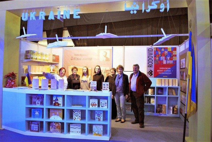 Українські видавці, волонтери на стенді у Бейруті