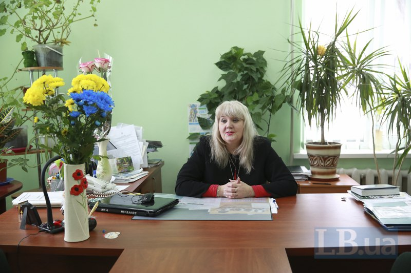 Директор Людмила Ивановна в своём новом рабочем кабинете