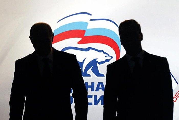 Президент РФ Дмитрий Медведев (справа) и премьер-министр Владимир Путин прибывают на съезд партии «Единая Россия», Москва, 27 ноября 2011.