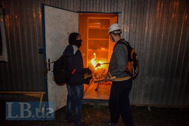 После сноса забора в строительном вагончике вспыхнул пожар.