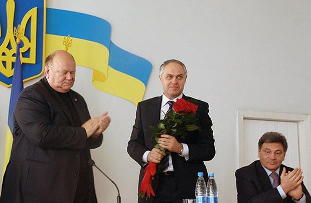 Слепцов и Шкиря(с цветами) - его поздравляют с победой на парламентских выборах в 2012 году