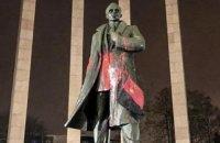 Пам'ятник Бандері у Львові облили червоною фарбою