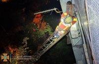 """В Запорожье мужчина выпал из окна многоэтажки и """"приземлился"""" на кондиционер"""