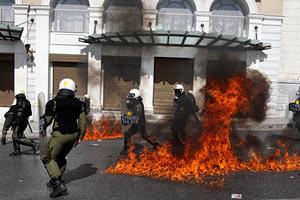 Греческая полиция разогнала демонстрантов слезоточивым газом