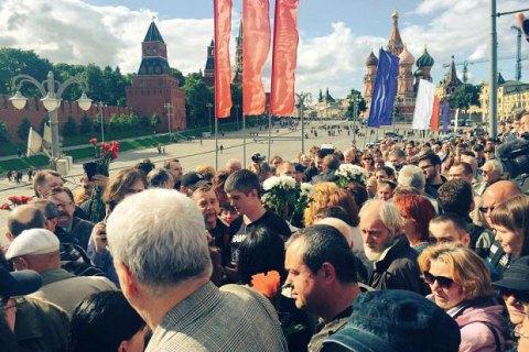 В Москве активисты возложили цветы к месту гибели Бориса Немцова