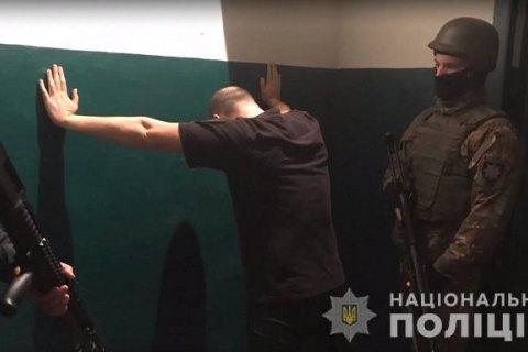"""У Київській області викрили поліцейських, які організовували """"дозвілля"""" засудженим"""