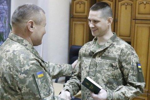 Освобожденным из плена военным вручили обновленные документы