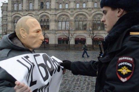 У Росії суд заарештував активіста за пікет у масці Путіна