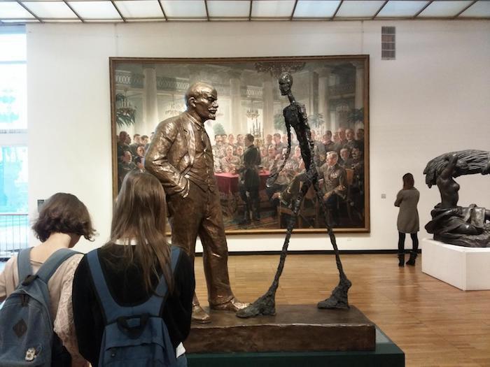 Скульптура Л.Сокова «Встреча Ленина с Джакометти» на выставке в Новой Третьяковке (Москва), 2016