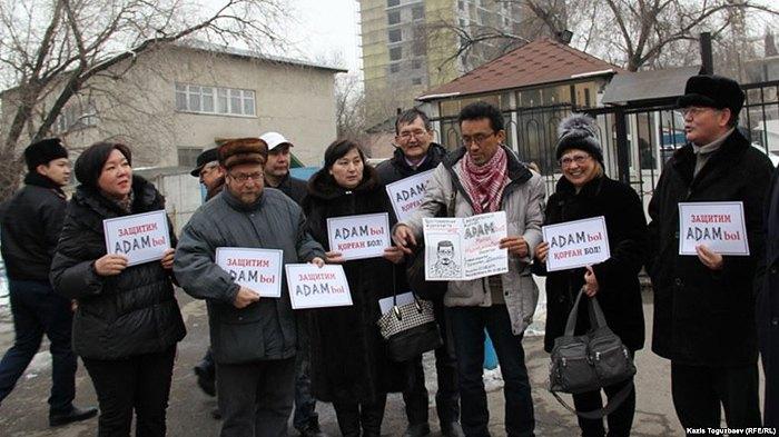Жанар Ахметова и другие казахстанские журналисты проводят акцию в поддержку закрываемого властями журнала ADAM bol, Алматы, 24 января 2015.