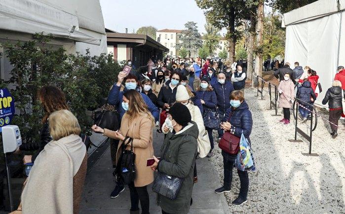 Зі cамого ранку сотні молдован стояли в черзі, щоб проголосувати на виборах президента Молдови на дільниці в містечку Брешія, Італія, 15 листопада 2020.