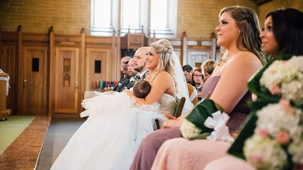 Невеста Кристина Торино-Бентон кормит свою 9-месячную дочь Джемму прямо во время свадебной церемонии.
