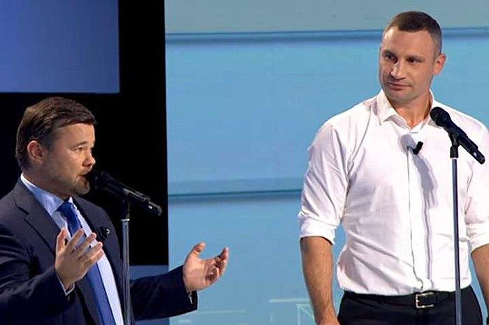 Руководитель Офиса президента Андрей Богдан и мэр столицы Виталий Кличко во время батла на политическом шоу «Свобода слова»