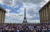 Во Франции на фоне протестов приняли закон об обязательной COVID-вакцинации медиков